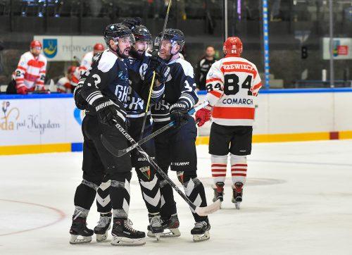 Hokej: Mistrz nie zwalnia