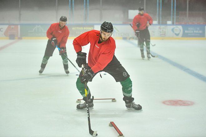 Hokeiści trenują na lodzie